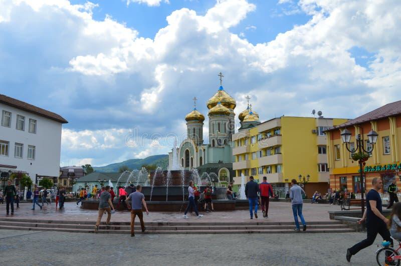 Jovens que correm em torno de uma fonte em Khust, Ucrânia o 3 de maio de 2016 foto de stock royalty free