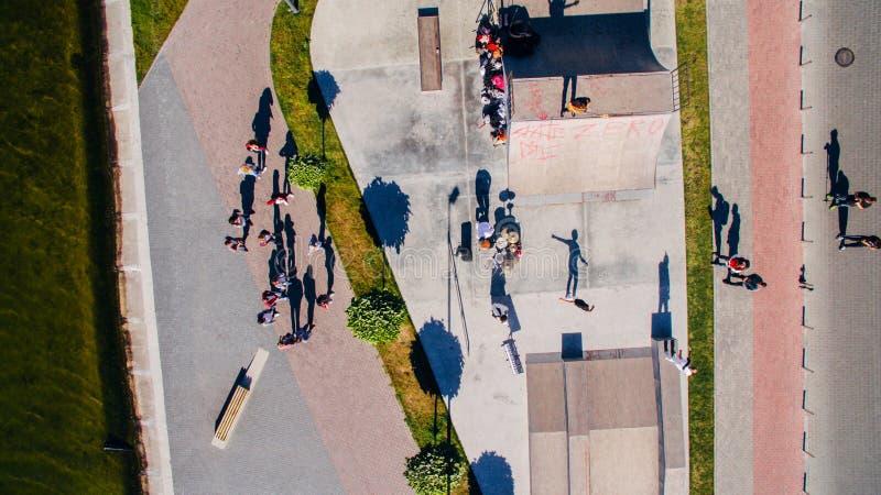 Jovens que dançam, cantando e jogando esportes na margem da cidade s, tiro aéreo do zangão surrealism fotos de stock royalty free