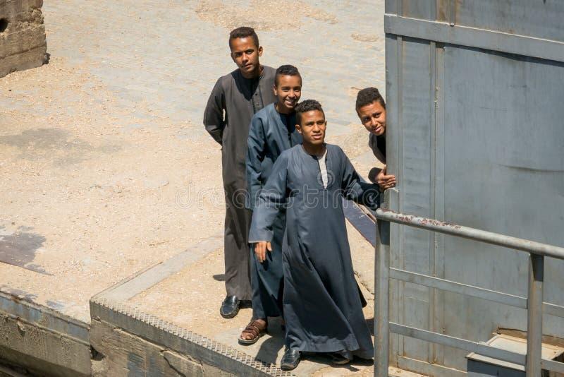 Jovens que olham a chegada de um cruzeiro no Nilo Egypt Em abril de 2019 fotografia de stock royalty free