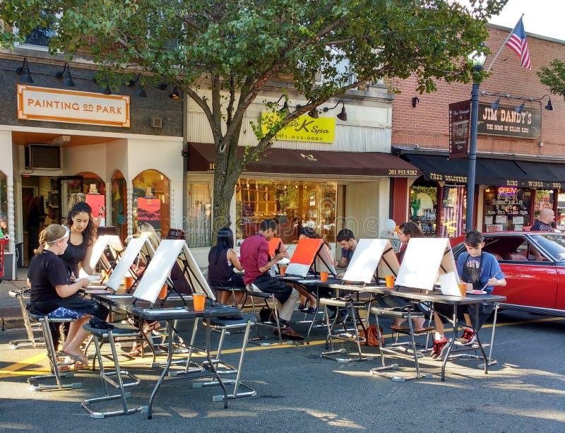 Jovens que pintam em Art Class exterior imagem de stock royalty free
