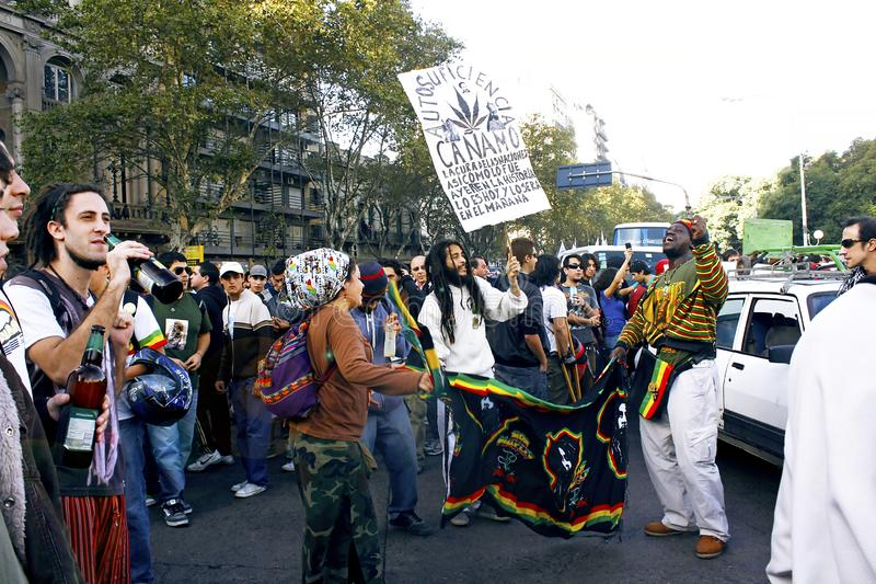 Jovens que protestam nas ruas para a legalização do cannabis imagens de stock