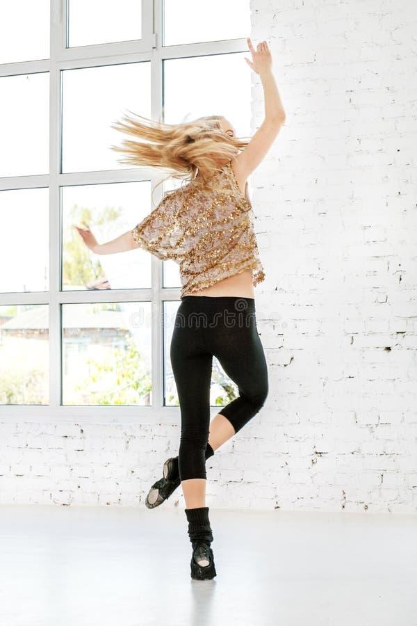 Jovens que saltam e que giram na dança Mulher O conceito o foto de stock