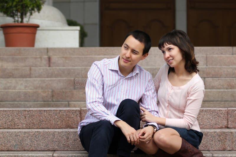Jovens que sentam-se nas etapas imagens de stock royalty free