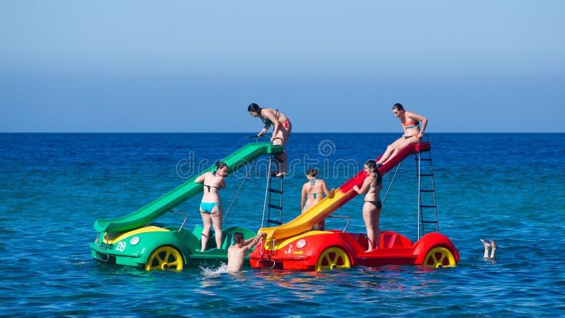 Jovens que têm o divertimento em carros aquáticos em Mallorca, Espanha imagens de stock