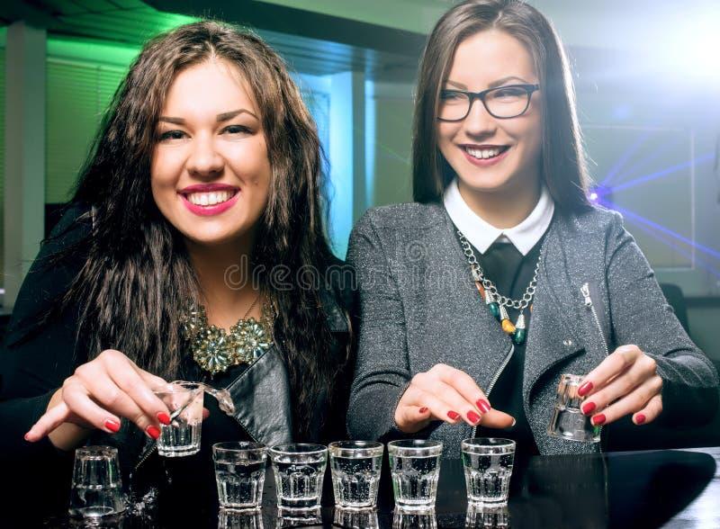 Jovens que têm o divertimento no clube noturno imagem de stock royalty free