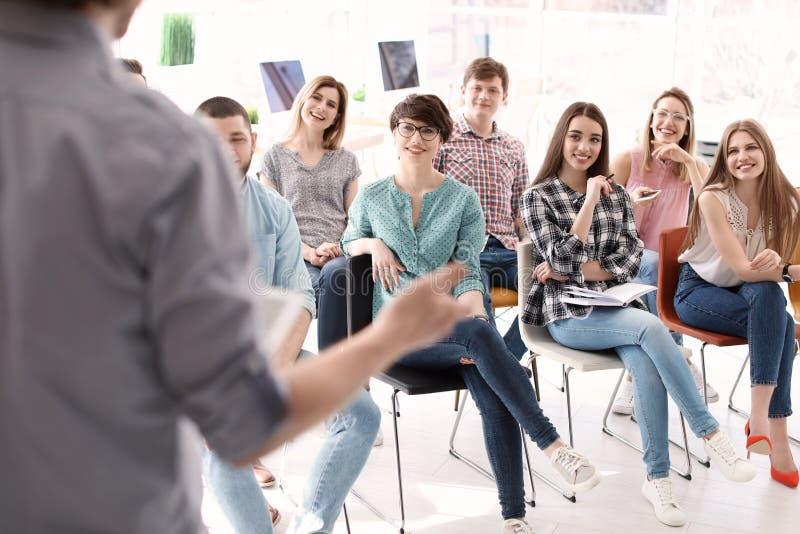Jovens que têm o treinamento do negócio foto de stock royalty free