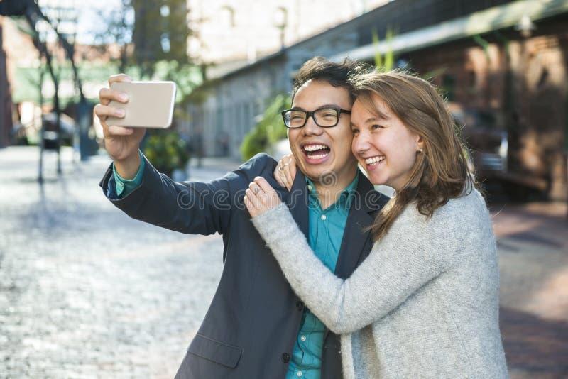 Jovens que tomam o selfie fotografia de stock royalty free