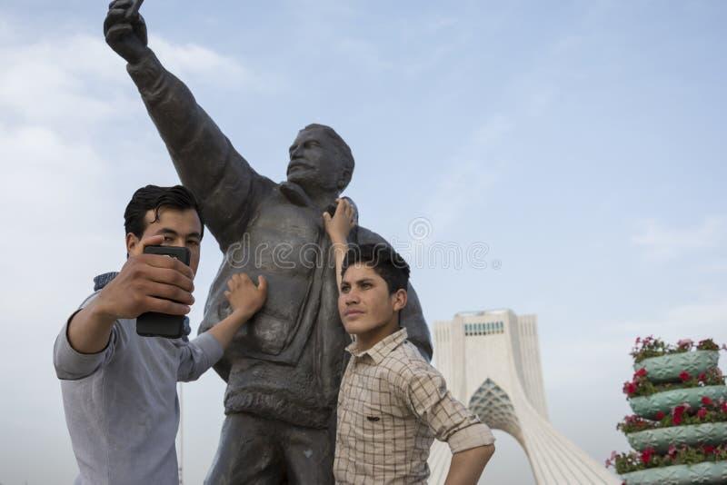 Jovens que tomam o selfie com a estátua do selfie em Tehran Azadi quadrado imagens de stock royalty free