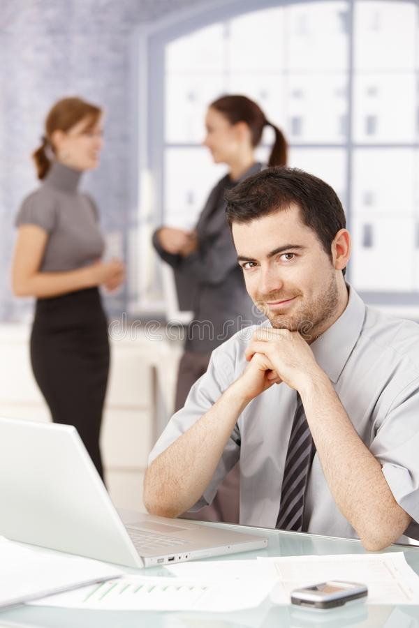 Jovens que tomam uma ruptura no escritório fotografia de stock royalty free