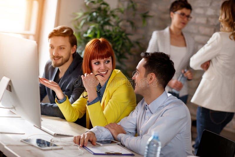 Jovens que trabalham junto no computador fotografia de stock royalty free