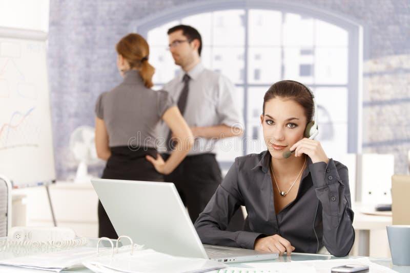 Jovens que trabalham no escritório imagem de stock royalty free