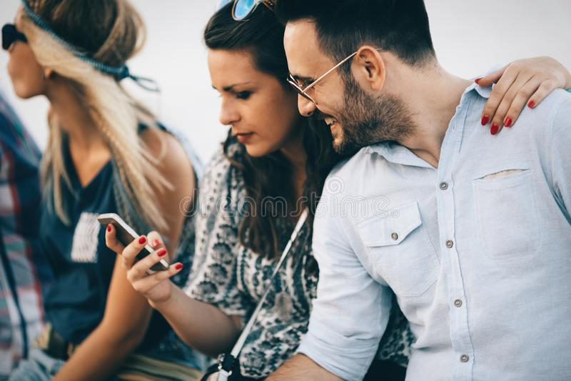Jovens que usam telefones e conversa fotos de stock