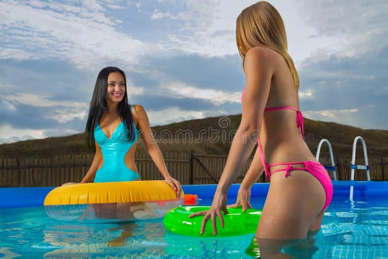 Jovens senhoras com anéis infláveis foto de stock royalty free