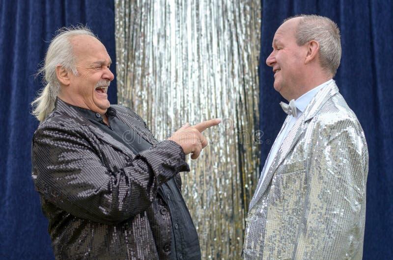 Jowialny wykonawca ma dobrego śmiech przy jego przyjacielem fotografia royalty free