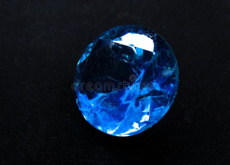 Joya cristalina del diamante del zafiro de la gema en fondo negro fotografía de archivo libre de regalías