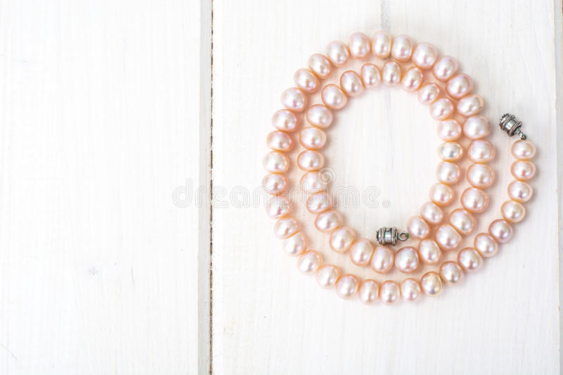 Joya de perlas rosadas imagen de archivo