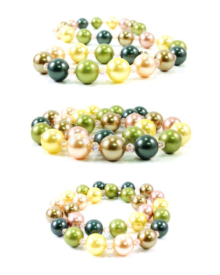 Joya del collar de las perlas en el fondo blanco fotografía de archivo libre de regalías