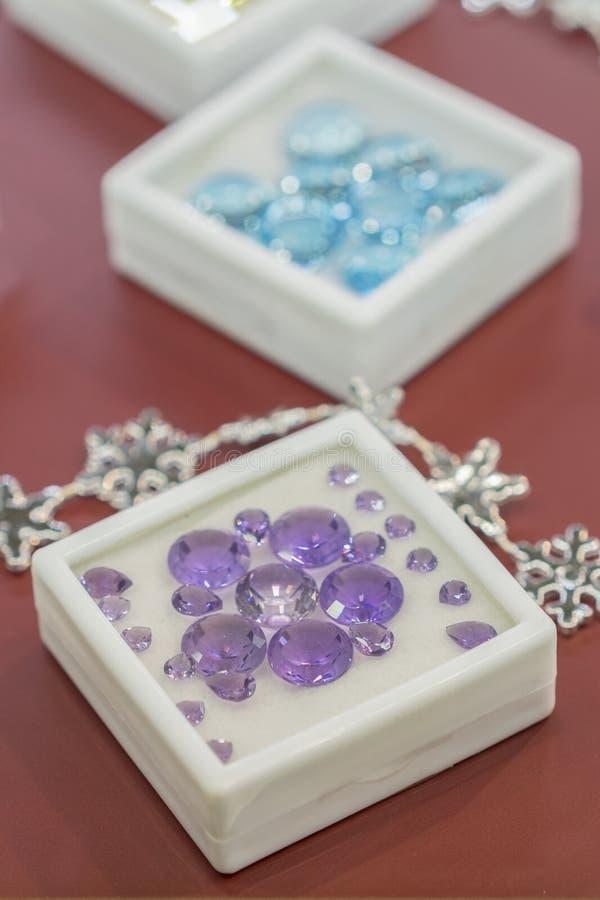 joyas azules en un caso Rub?es en un caso foto de archivo