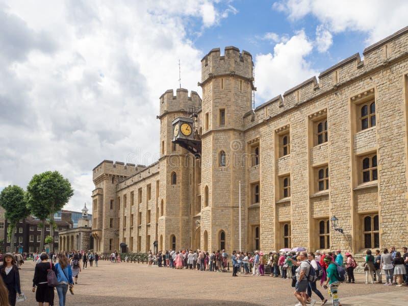 Joyas de la corona en la torre de Londres, línea de gente fotografía de archivo libre de regalías