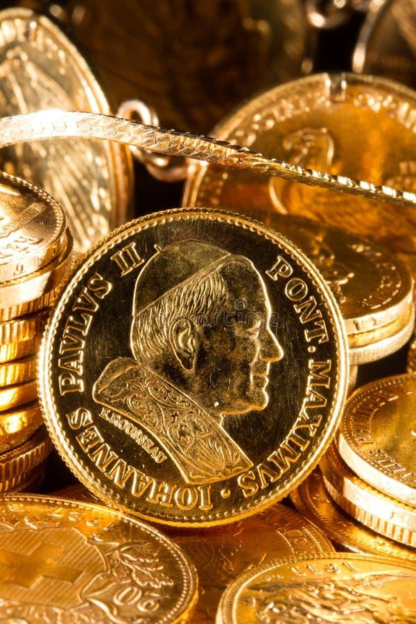 Joyas y monedas de oro fotografía de archivo libre de regalías