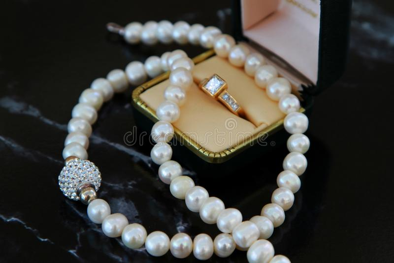 Joyería chispeante del diamante y de la perla imagen de archivo libre de regalías