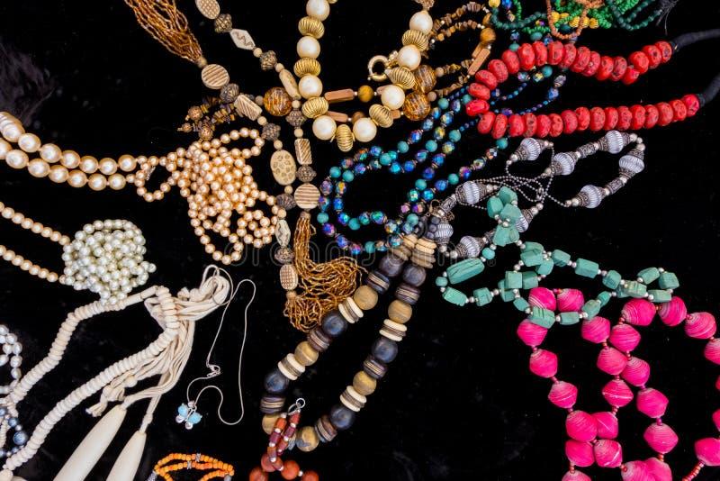 Joyería colorida vieja en el terciopelo negro foto de archivo libre de regalías