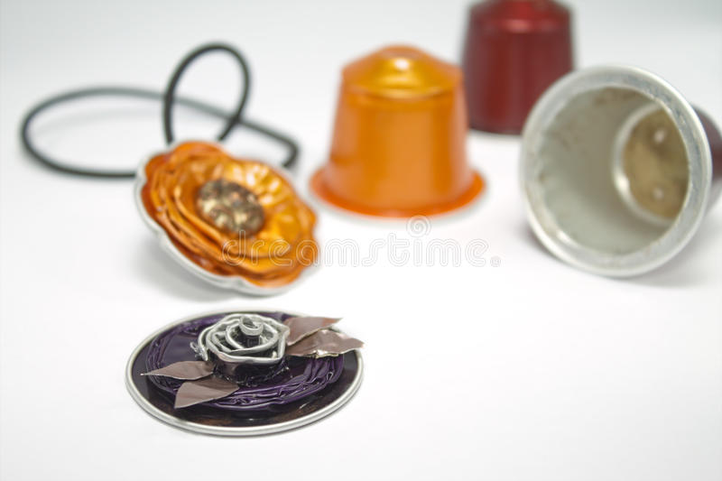 Joyería de DIY hecha con las cápsulas del café express imágenes de archivo libres de regalías