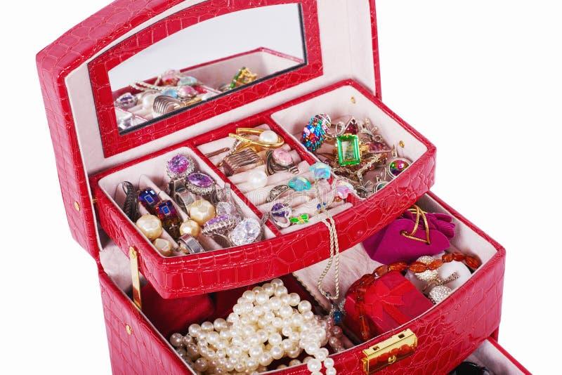 Joyería de imitación en primer rojo de la caja imagen de archivo libre de regalías