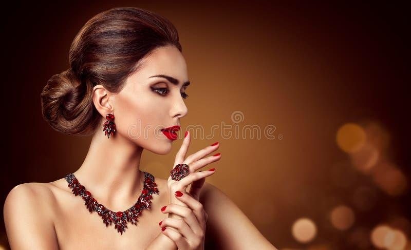 Joyería de la mujer, pendiente rojo y anillo, belleza del collar de la joyería de las gemas de la moda fotografía de archivo