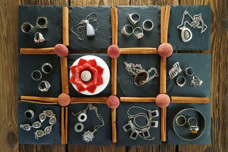 Joyería de plata del ` s de las mujeres en 11 cuadrados en una piedra negra de la pizarra foto de archivo libre de regalías