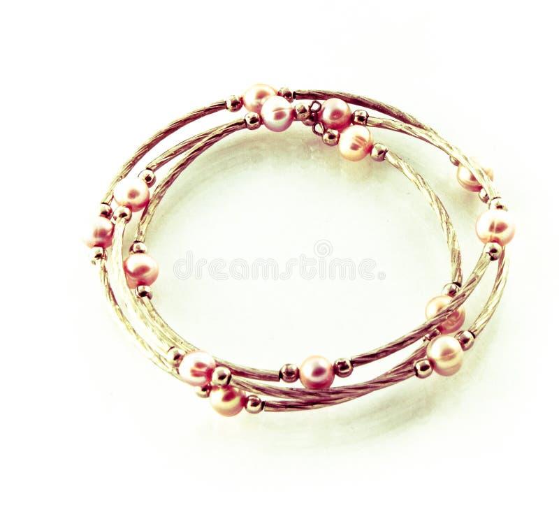 Joyería de traje en un fondo blanco - pulsera de las perlas imagenes de archivo