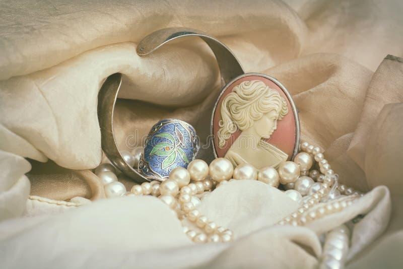 Joyería del vintage con la broche del camafeo fotos de archivo