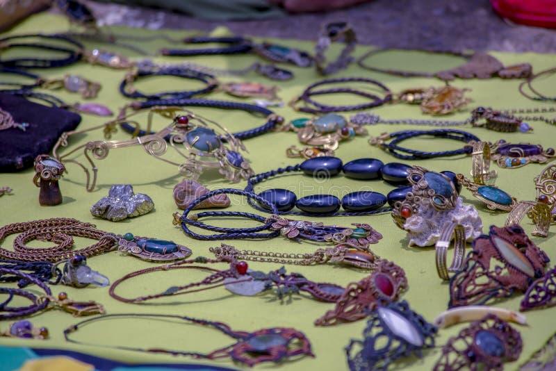 Joyería Handcrafted en una estera foto de archivo libre de regalías