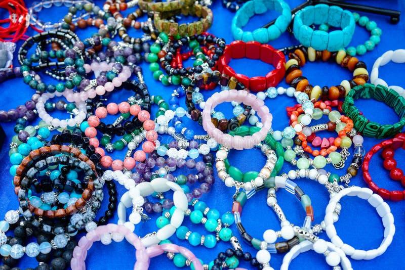 Joyería hecha de piedras naturales en un fondo azul foto de archivo libre de regalías