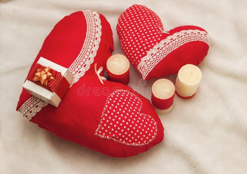Joyería hecha a mano el día del ` s de la tarjeta del día de San Valentín foto de archivo