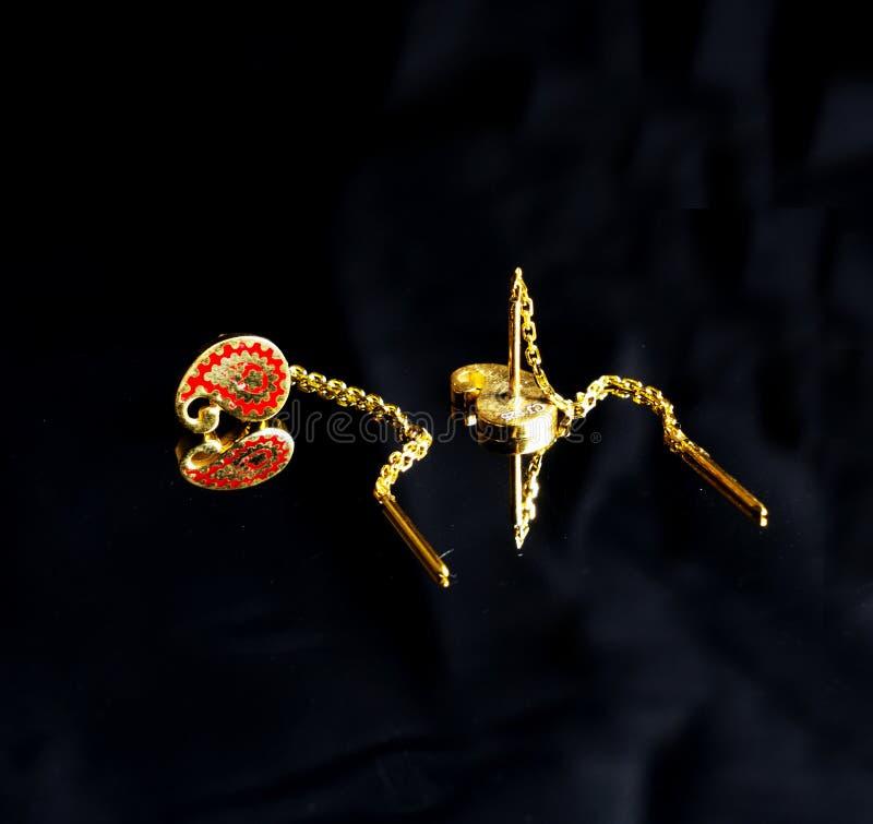 Joyería hecha a mano turca del este de oro del ` s del vintage mujer en un fondo negro pendientes, pulseras, anillos, colgantes fotografía de archivo