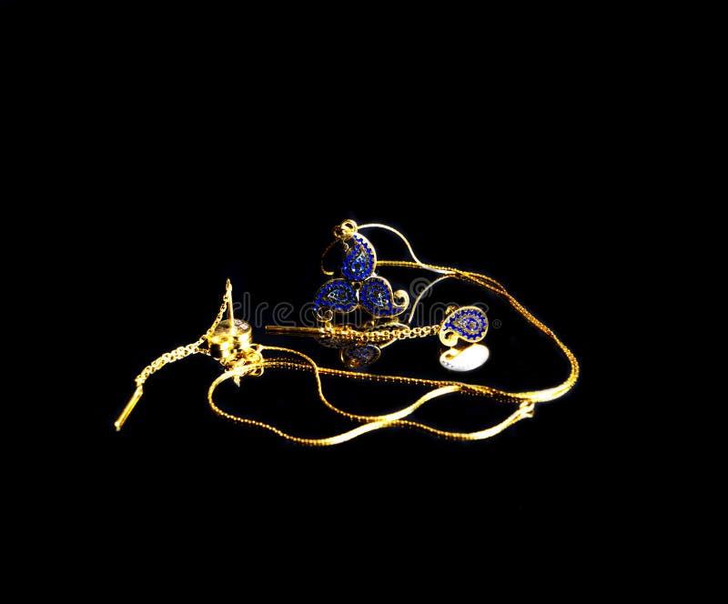 Joyería hecha a mano turca del este de oro del ` s del vintage mujer en un fondo negro pendientes, pulseras, anillos, colgantes fotografía de archivo libre de regalías