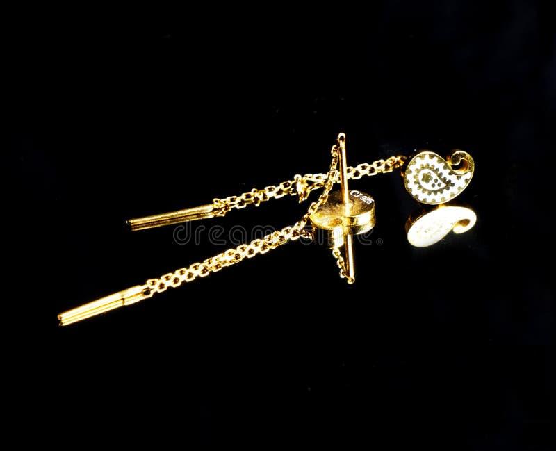 Joyería hecha a mano turca del este de oro del ` s del vintage mujer en un fondo negro pendientes, pulseras, anillos, colgantes foto de archivo