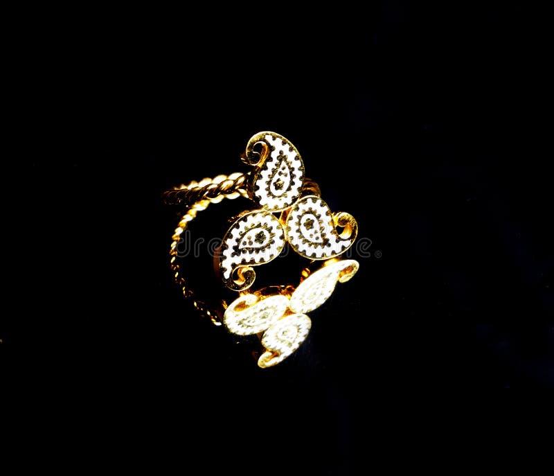 Joyería hecha a mano turca del este de oro del ` s del vintage mujer en un fondo negro pendientes, pulseras, anillos, colgantes imagenes de archivo