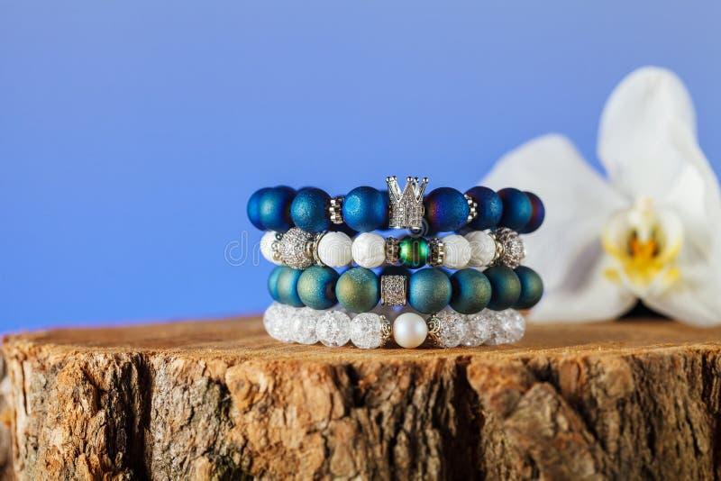 Joyería hermosa hecha de piedras naturales y de accesorios exquisitos imagen de archivo libre de regalías