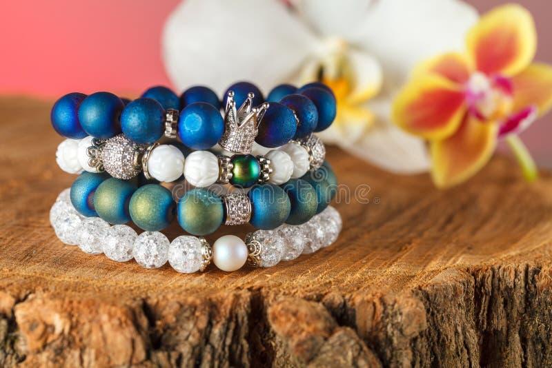 Joyería hermosa hecha de piedras naturales y de accesorios exquisitos foto de archivo libre de regalías