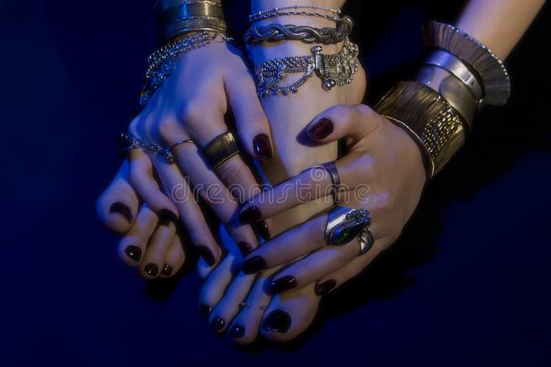 Joyería oriental: pies y manos femeninos con joyería hermosa foto de archivo libre de regalías