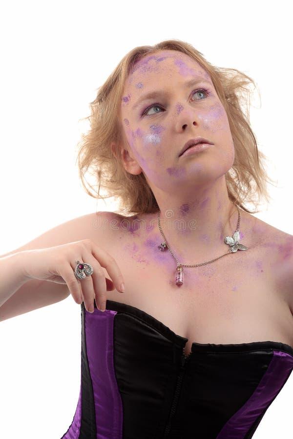 Joyería púrpura del maquillaje del polvo de la muchacha foto de archivo libre de regalías
