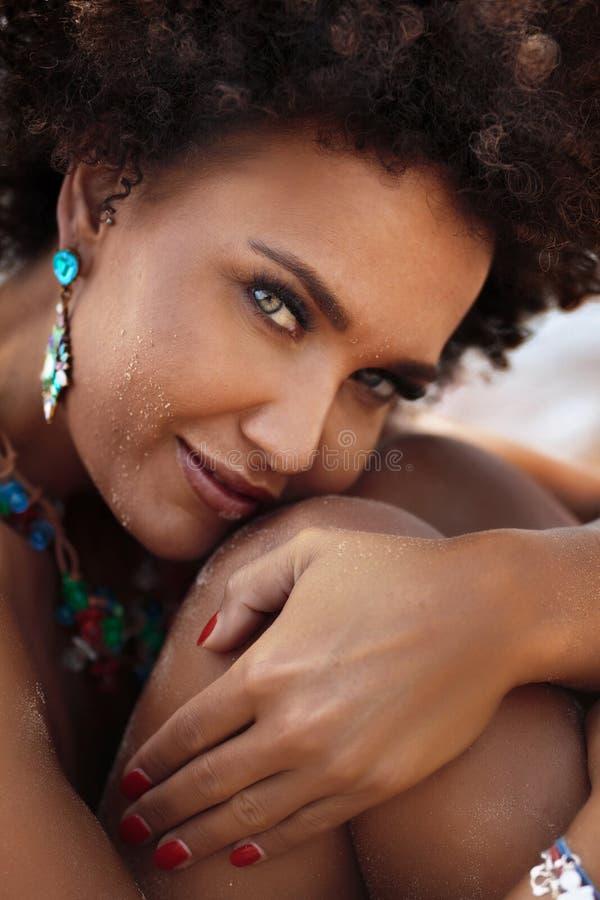 Joyería que lleva de la mujer afroamericana sensual fotos de archivo