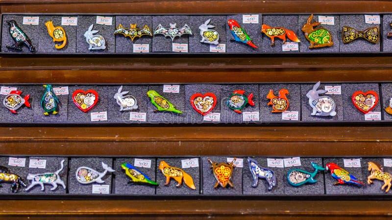 Joyería y recuerdos de Steampunk del vidrio en los estantes en el departamento de ventas imagenes de archivo