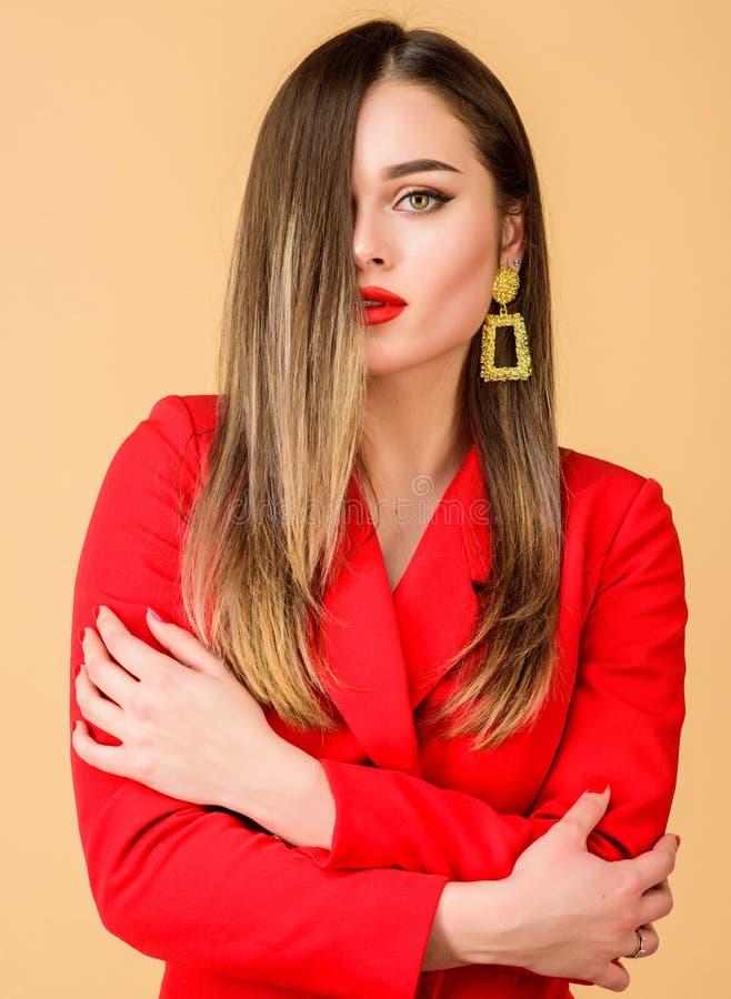Joyer?a de moda Maquillaje impecable y joyer?a perfecta La mujer lleva los pendientes atractivos Tendencia de la moda Bazar magn? fotografía de archivo libre de regalías