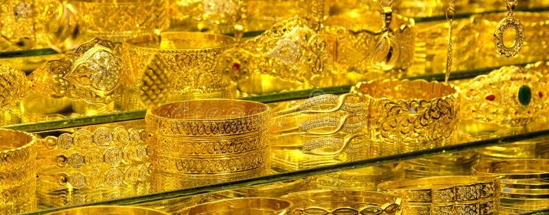 Joyer?a del oro - anillos y pulseras en el escaparate de una joyer?a fotografía de archivo libre de regalías