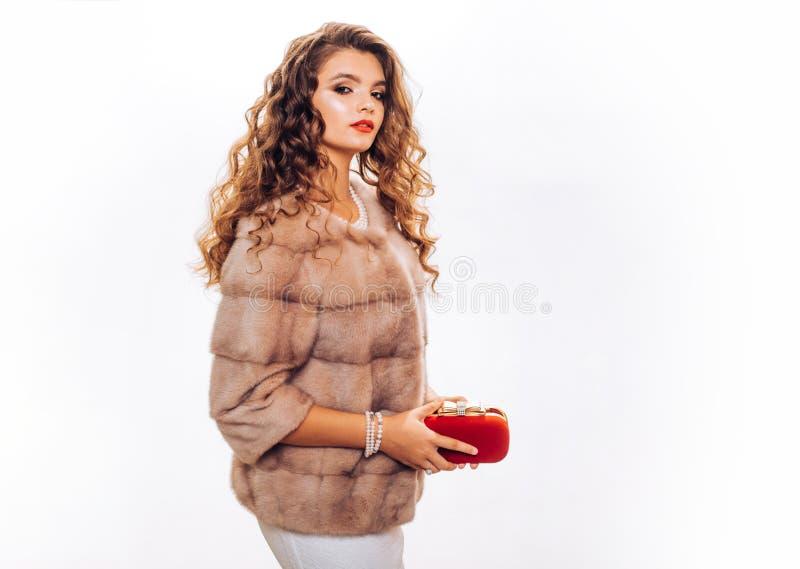 Joyer?a y accesorio de la moda Mujer de la moda en el vestido que se casa blanco Mujer joven con maquillaje elegante y de largo r imagen de archivo