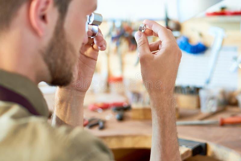Joyero Appraising Ring en tienda imagen de archivo