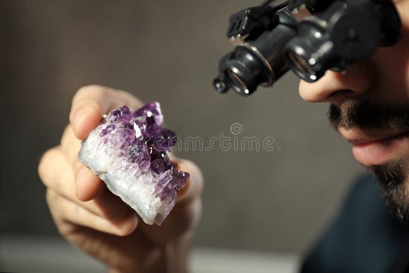 Joyero de sexo masculino que evalúa la piedra preciosa semi preciosa en taller foto de archivo libre de regalías